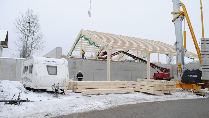 Dachstuhl wird aufgestellt (Mitte Februar 2018)