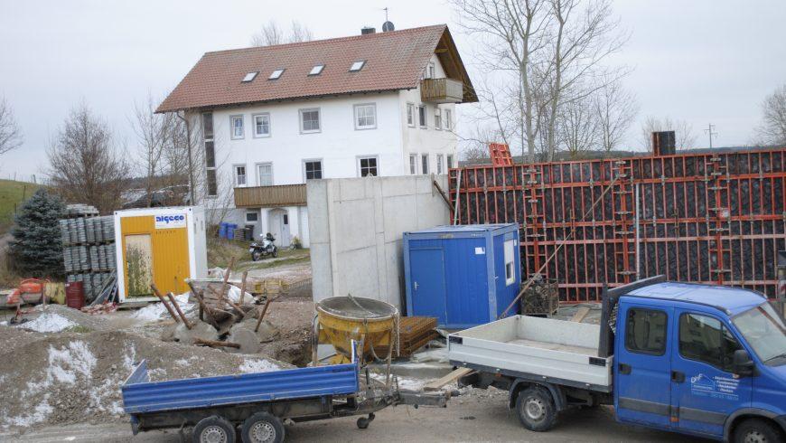 Die ersten Wände werden eingeschalt und betoniert (Mitte Dezember 2017)